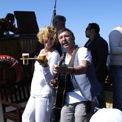 Live Muziek - zanger/gitarist voor elk feestje, bruiloft, borrel. Kortom muziek voor elke gelegenheid
