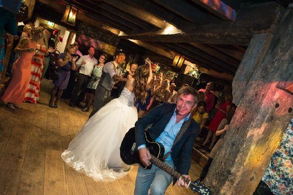 Bruiloftsfeest met Live muziek & DJ - zanger/gitarist op je bruiloft - kies je eigen stijl! Festivalbruiloft met onze VW T1 Dj-booth of kies voor onze Led of tv booth - Huwelijksfeest met zanger, gitarist en dj
