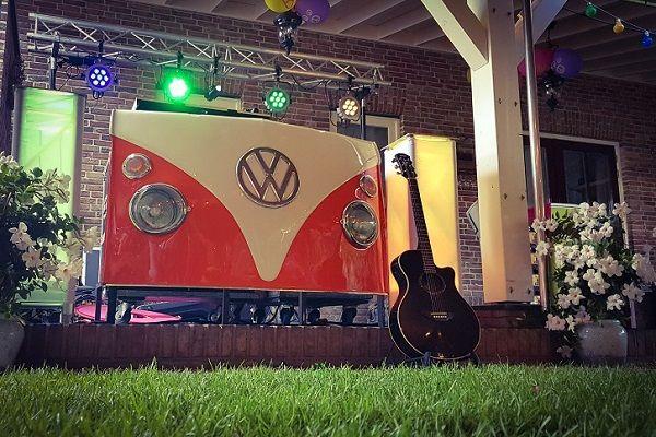Kamer van Feesthandel - Live Muziek & DJ voor een uniek feest - zanger/gitarist en dj - Kies jullie eigen DJ-booth ! Volkswagen T1 dj booth, LEd Dj-booth, tjv dj- booth, alles is mogelijk!