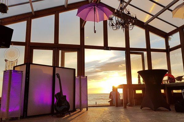 Bruiloftsfeest met Live muziek & DJ - zanger/gitarist op je bruiloft - kies je eigen stijl! Festivalbruiloft met onze VW T1 Dj-booth - trouwen op het strand, een boot, een kasteel of in het buitenland? Geen probleem - wij verzorgen graag de muziek op jullie feest!