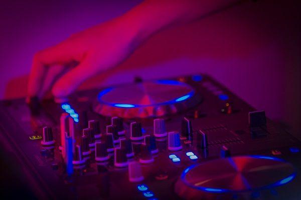 Kamer van Feesthandel - Unieke Drive-in show met onze live dj - kies je eigen dj booth: Volkswagen T1 dj-booth, LED dj-booth of onze TV dj-booth - voor elk feest! borrel, verjaardag, bedrijfsfeest, bruiloft of themafeest? alles is mogelijk