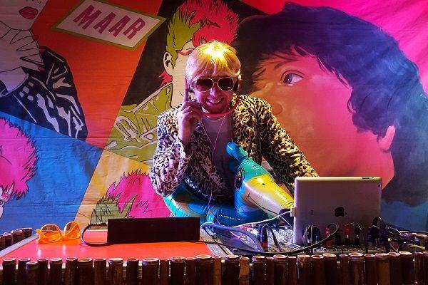 Kamer van Feesthandel - Themafeesten met Live Muziek, DJ & entertainment - inclusief foute decoratie - Fout Feest - Proud to be Fout - Muziek & Entertainment : 100% feestgarantie