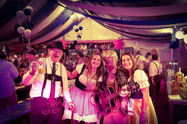 Themafeesten met Live Muziek, DJ & Decoratie - Oktoberfest of Après Ski feestavond, bierfeest, tirolerfeest - feest met zanger/gitarist en dj - prachtige decoratie