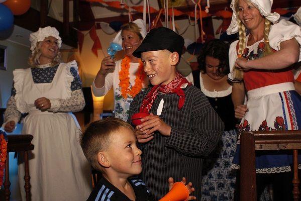 Kamer van Feesthandel - Heel Holland Feest in plaats van Heel Holland Bakt - Hollandse feestavond met Nederlandstalige muziek - live muziek met zanger/gitarist en dj