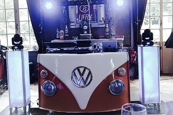 Bruiloftsfeest met Live muziek & DJ - zanger/gitarist op je bruiloft - kies je eigen stijl! Festivalbruiloft met onze VW T1 Dj-booth