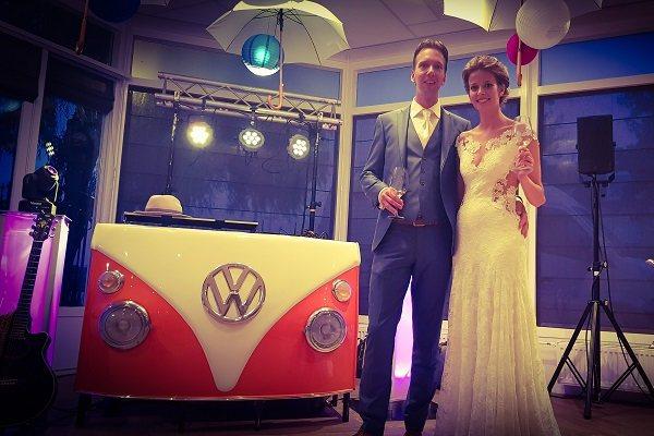 Bruiloftsfeest met Live muziek & DJ - zanger/gitarist op je bruiloft - kies je eigen stijl! Festivalbruiloft met onze VW T1 Dj-booth of kies voor onze Led of tv booth