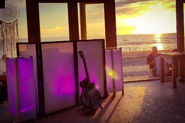 Ibiza feest - Hip of hippie feest met livemuziek met zanger & gitarist, dj, entertainment en decoratie - geschikt voor strandfeesten, beachparty, bedrijfsfeest, personeelsfeest, event, bruiloft of gewoon feest - zomers feest - geniet van zomerse sfeer en lounge aan het strand of op de cruise boot